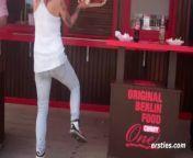 Minka macht Krissi den Berliner Curry -Stripe Tease from sinka
